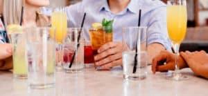 אנשים שותים