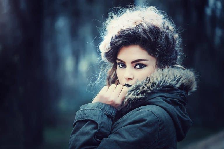 ילדה במעיל
