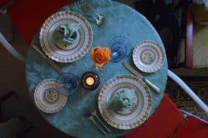 """שולחן עם סכו""""ם"""