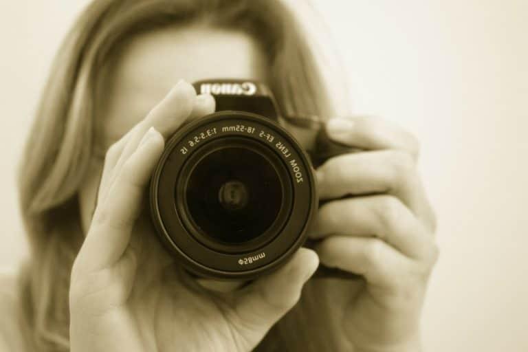 צלמת לאירועים מחזיקה מצלמה