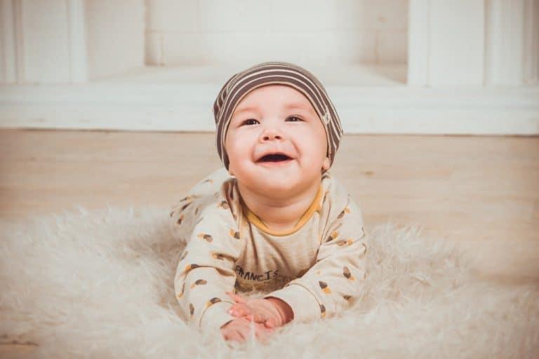 תינוק מחוייך בצילומים