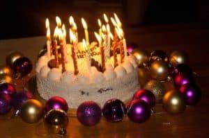 נרות על עוגת יום הולדת