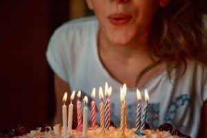 אישה מכבה נרות יום הולדת
