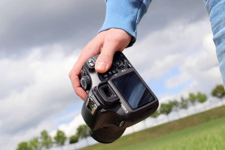 צלם מחזיק מצלמה