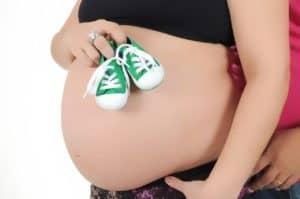 הריון ונעלי תינוק ירוקות