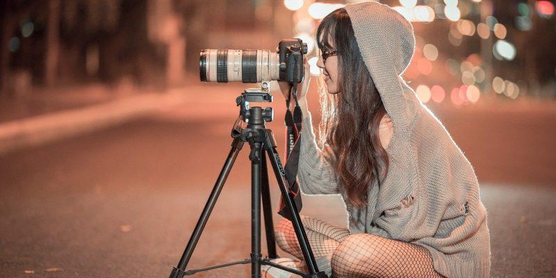 אישה מצלמת