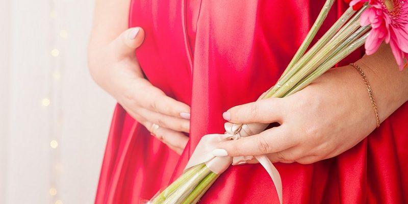 הריונית בשמלה